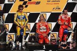 Podio: ganador de la carrera Loris Capirossi con Valentino Rossi y Marco Melandri
