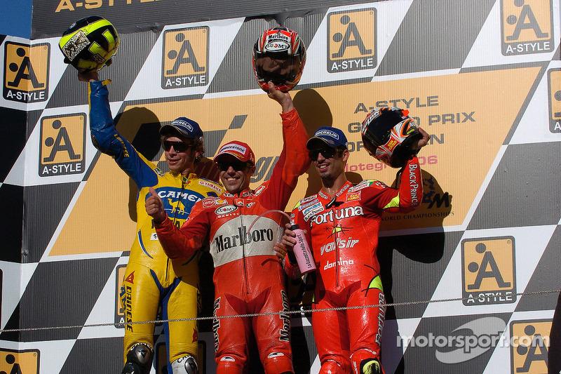 Podio: ganador de la carrera Loris Capirossi, segundo lugar Valentino Rossi y tercer lugar Marco Mel