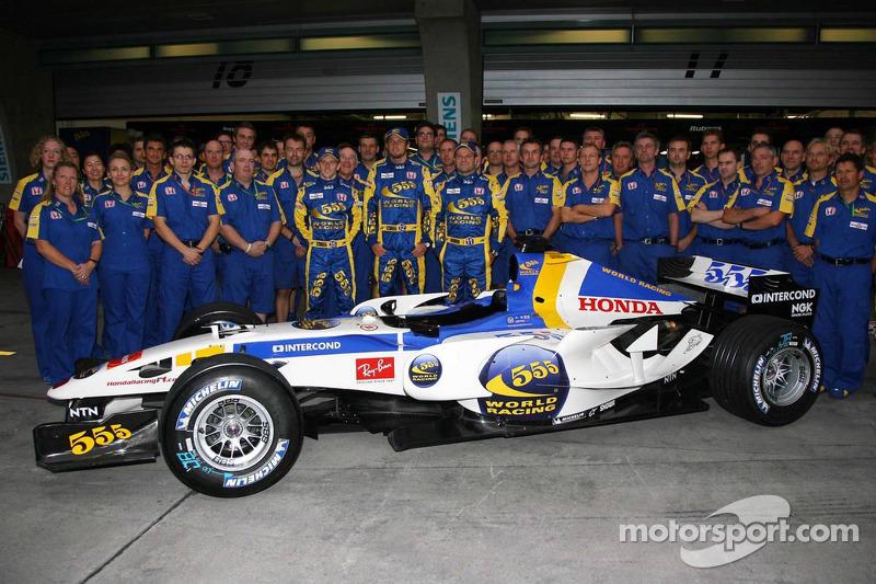 Sesión de fotos para la nueva imagen de China del equipo Honda Racing F1: Anthony Davidson, Rubens Barrichello y Jenson Button