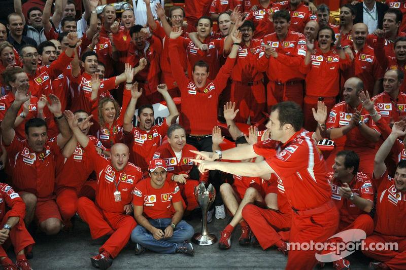 Ganador de la carrera Michael Schumacher celebra con los miembros del equipo Ferrari