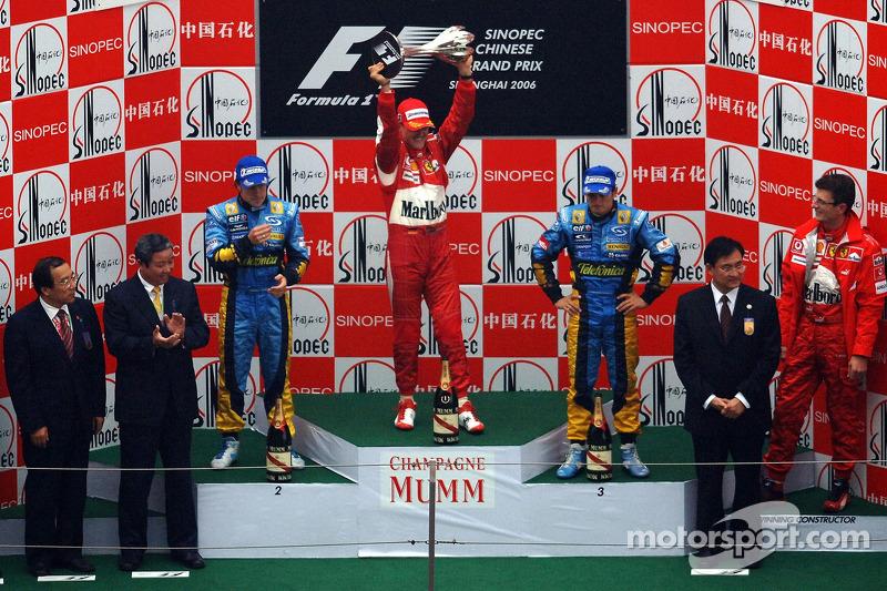 Подіум: переможець Міхаель Шумахер та Фернандо Алонсо з Джанкарло Фізікеллою