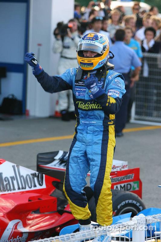 Fernando Alonso, vainqueur, célèbre sa victoire