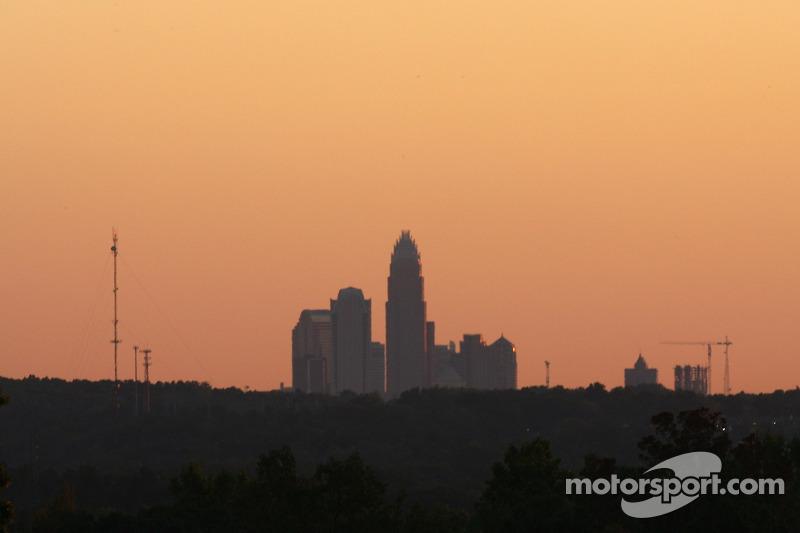 Une vue de Charlotte alors que le soleil se couche quelques minutes avant la course