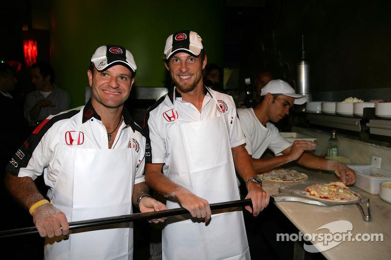 Jour des RP Lucky Strike : Jenson Button et Rubens Barrichello s'essaient à la réalisation de pizzas