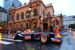 Run de démonstration par Red Bull Racing à Sao Paulo : Michael Ammermüller en action devant le ThéâtreMunicipal