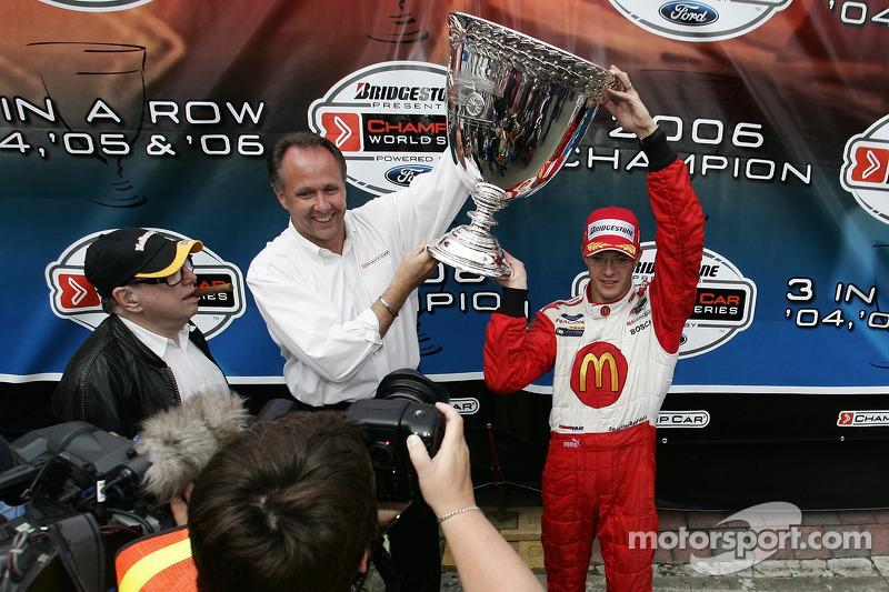 Le champion 2006 de Champ Car World Series Sébastien Bourdais savoure avec la Vanderbilt Cup