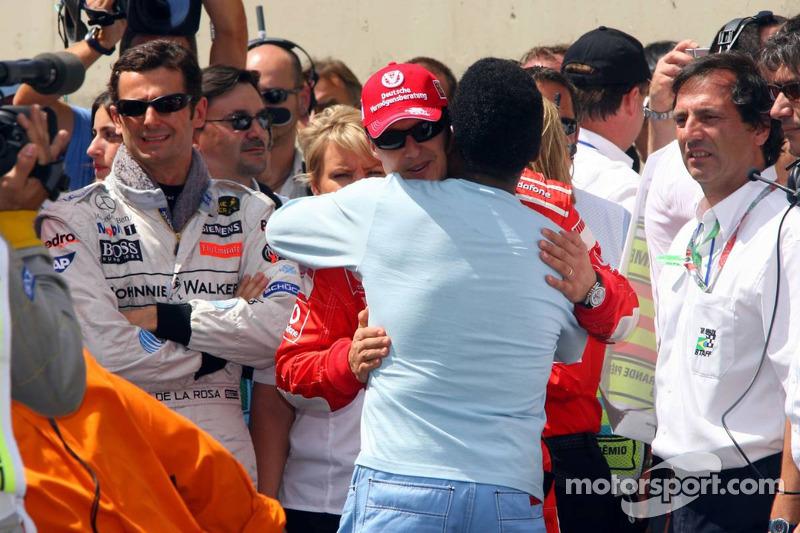 Cérémonie sur la grille de départ pour le départ de Michael Schumacher : Michael Schumacher et Pelé