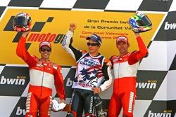 Podio: segundo lugar Loris Capirossi; campeón mundial de MotoGP 2006 Nicky Hayden y ganador de la carrera Troy Bayliss