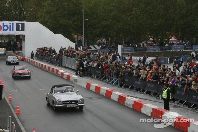 Les voitures Mercedes-Benz roulent autour du nouveau Musée Mercedes-Benz à Stuttgart-Untertürkheim