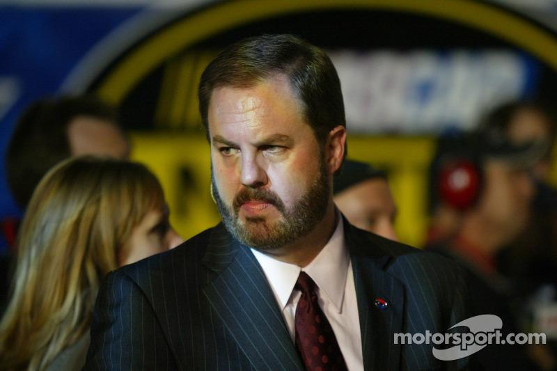 Victory Lane : Le Président du Texas Motor Speedway Eddie Gossage attend le vainqueur de la courseTony Stewart
