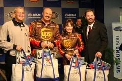 Dale Jarrett, Dr. Phil McGraw, Robin McGraw et le Président du Texas Motor Speedway Eddie Gossage