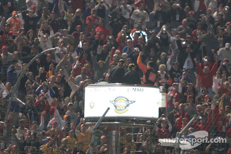 Tony Stewart célèbre sa victoire avec la foule au Texas Motor Speedway