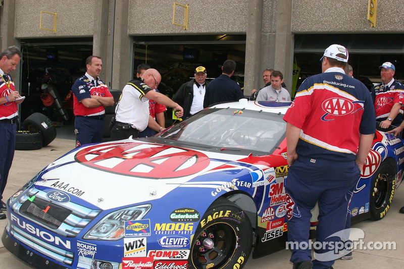 Un inspecteur NASCAR mesure la voiture de Mark Martin