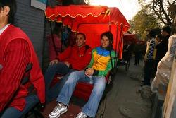 Tuka Rocha en promenade sur un cyclo-pousse avec Khalil Beschir