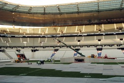 After the France-Argentina rugby match, the first layers of the circuit are laid on the hallowed Stade de France turf