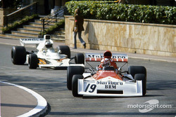 Clay Regazzoni davanti a Denny Hulme