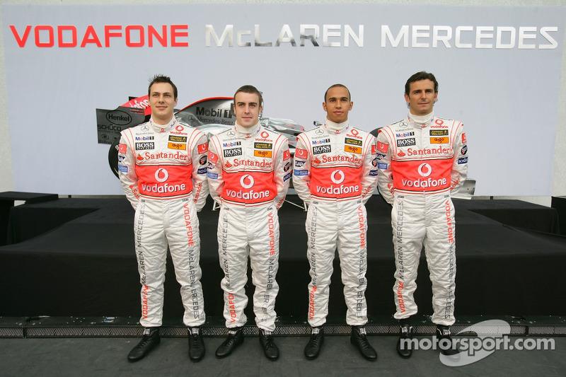 Gary Paffett, Fernando Alonso, Lewis Hamilton e Pedro de la Rosa na apresentação da McLaren em 2007