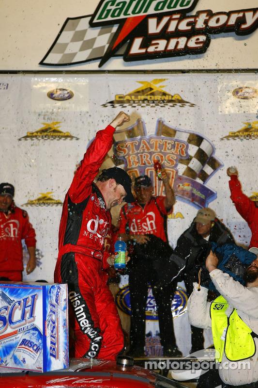 Victory lane : le vainqueur Matt Kenseth fête sa victoire
