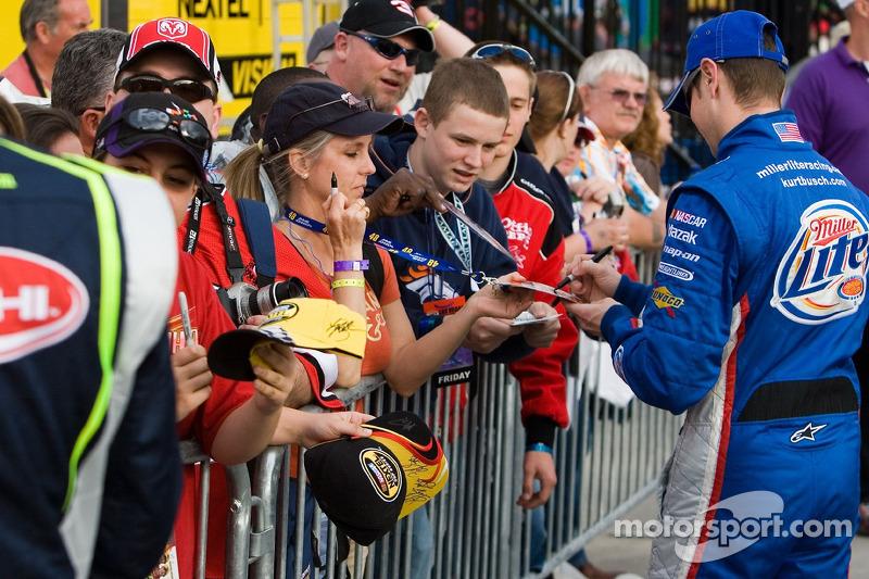 Kurt Busch signe des autographes