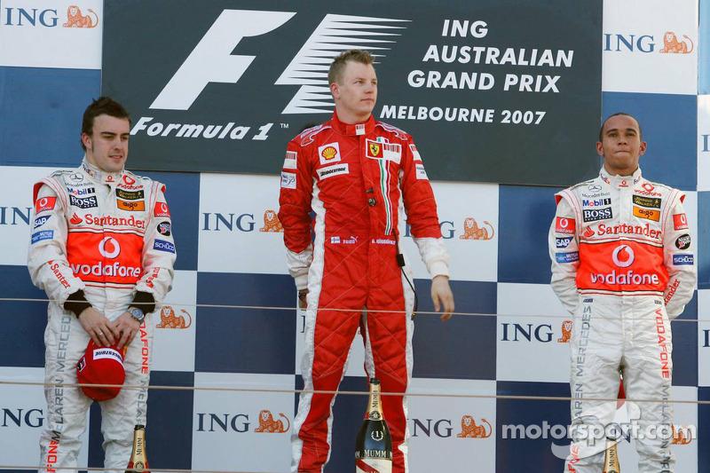 Podium: Vainqueur Kimi Raikkonen, seconde place Fernando Alonso, troisième place, Lewis Hamilton