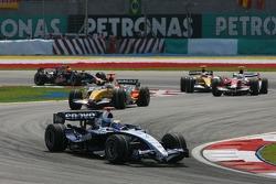 Nico Rosberg, WilliamsF1 Team, FW29 leads Giancarlo Fisichella, Renault F1 Team, R27