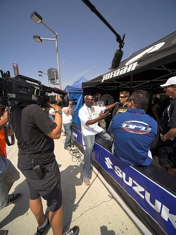Michael Jordan y Nicky Hayden grabando un segmento para Speed TV Superbikes