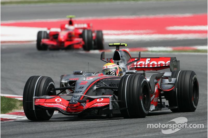 Льюис Хэмилтон, McLaren Mercedes, MP4-22 едет впереди Кими Райкконена, Scuderia Ferrari, F2007