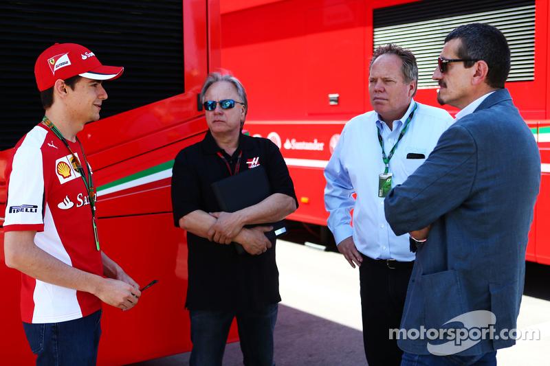 Esteban Gutierrez mit Gene Haas und Joe Custer, Stewart Haas Racing, Vize-Präsident, sowie Günther Steiner