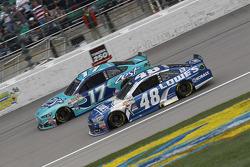 Ricky Stenhouse jr., Roush Fenway Racing, Ford, und Jimmie Johnson, Hendrick Motorsports, Chevrolet