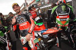 El ganador de la poles, Davide Giugliano, Ducati Team, celebra en el Parc Fermé