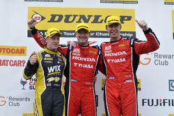 Podium: el ganador de la carrera, Gordon Shedden, segundo lugar, Adam Morgan, tercer lugar, Matt Nea