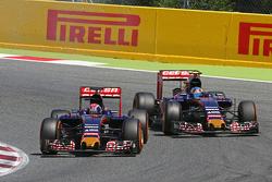 Max Verstappen, Scuderia Toro Rosso STR10, leidt teamgenoot Carlos Sainz Jr., Scuderia Toro Rosso STR10