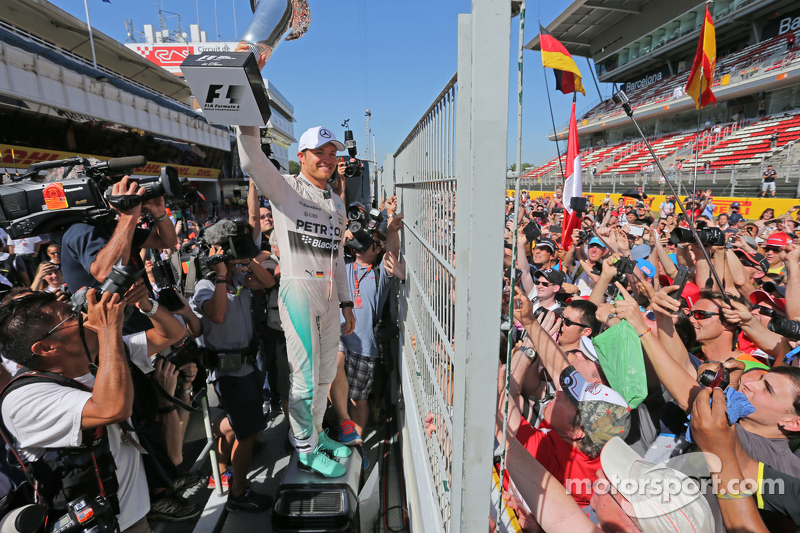 Race winner Nico Rosberg, Mercedes AMG F1 celebrates after the race with the fans