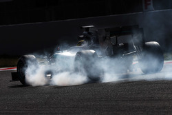 Pascal Wehrlein, Mercedes AMG F1 W06 Piloto de reserva se bloquea en la frenada
