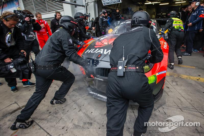 #20 Schubert Motorsport, BMW Z4 GT3: Dominik Baumann, Claudia Hürtgen, Jens Klingmann, Martin Tomczyk, mit großen Schäden in der Box