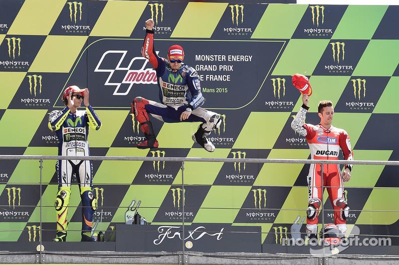 Podium: 2. Valentino Rossi, 1. Jorge Lorenzo, Yamaha Factory Racing, und 3. Andrea Dovizioso, Ducati