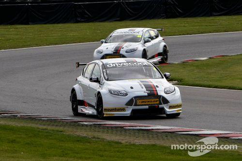 Motorbase test op Brands Hatch