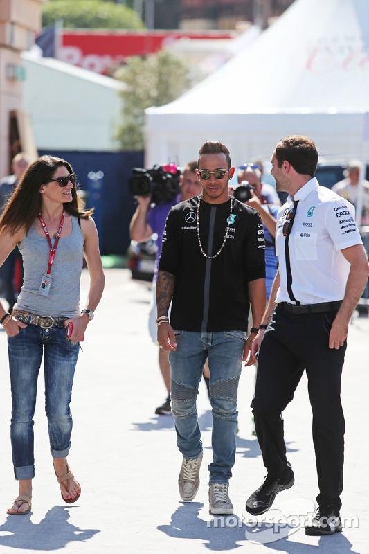 (Von links nach rechts): Cyndie Allemann mit Lewis Hamilton, Mercedes AMG F1