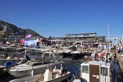 Schiffe im malerischen Hafen von Monaco und die Red Bull Energy-Station