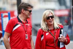 (Von links nach rechts): Graeme Lowdon, Geschäftsführer Manor F1 Team, mit Laura Booth, Manor F1 Team