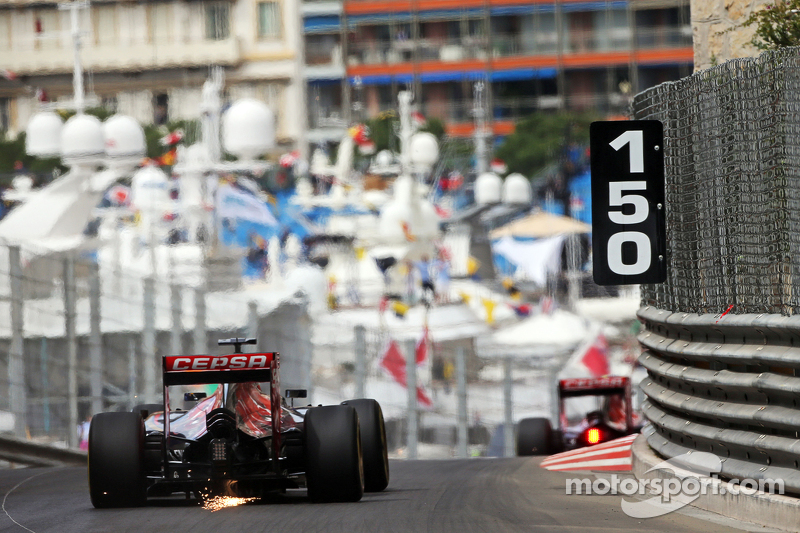 Max Verstappen, Scuderia Toro Rosso STR10, kıvılcımlarla birlikte