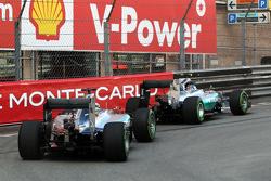 Нико Росберг, Mercedes AMG F1 W06 (впереди) и его партнер по команде Льюис Хэмилтон, Mercedes AMG F1