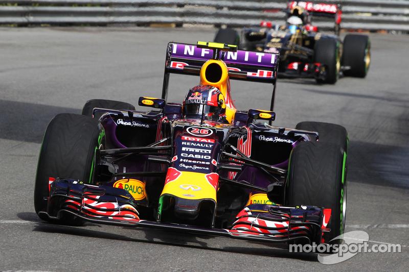 Daniil Kvyat, Red Bull Racing RB11 dengan cat flow-vis pada sayap depan
