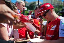 Кімі Райкконен, Ferrari роздає автографи фанатам