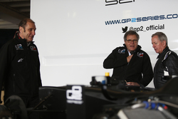 Martin Brundle bei der Sitzanpassung für eine Demonstrationsfahrt in einem GP2-Auto mit 18-Zoll-Reifen von Pirelli