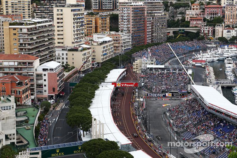 Romain Grosjean, Lotus F1 E23, in der Box, und Pastor Maldonado, Lotus F1 E23, auf der Strecke