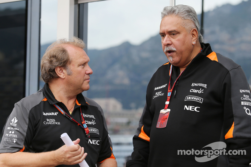 (Von links nach rechts): Robert Fernley, stellvertretender Teamchef Sahara Force India F1 Team, mit Teameigner Dr. Vijay Mallya