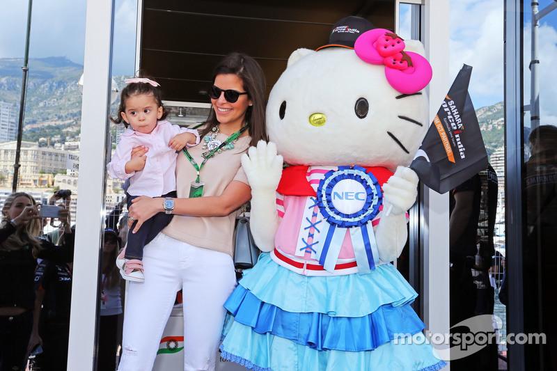 Hello Kitty, invitado de la F1 Team Sahara Force India, con Gabriela Tarkanyi, esposa de Pastor Maldonado, Lotus F1 Team, y su hija Victoria
