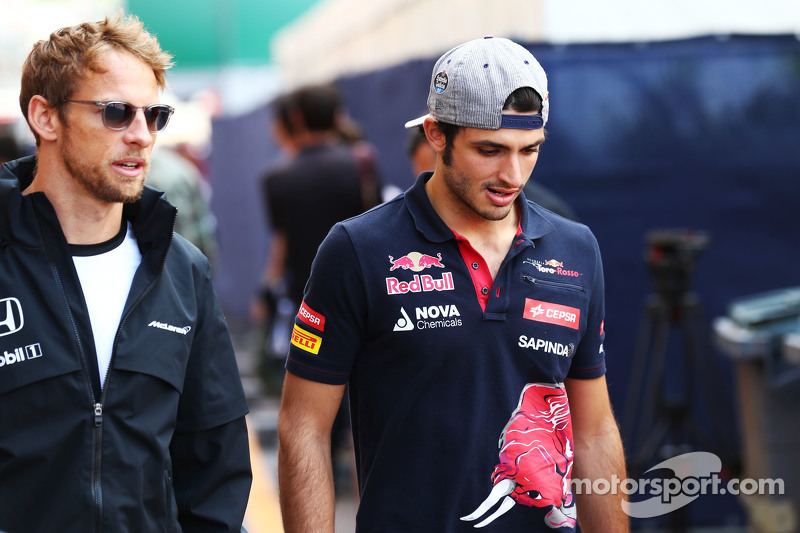 (Kiri ke Kanan): Jenson Button, McLaren dengan Carlos Sainz Jr., Scuderia Toro Rosso