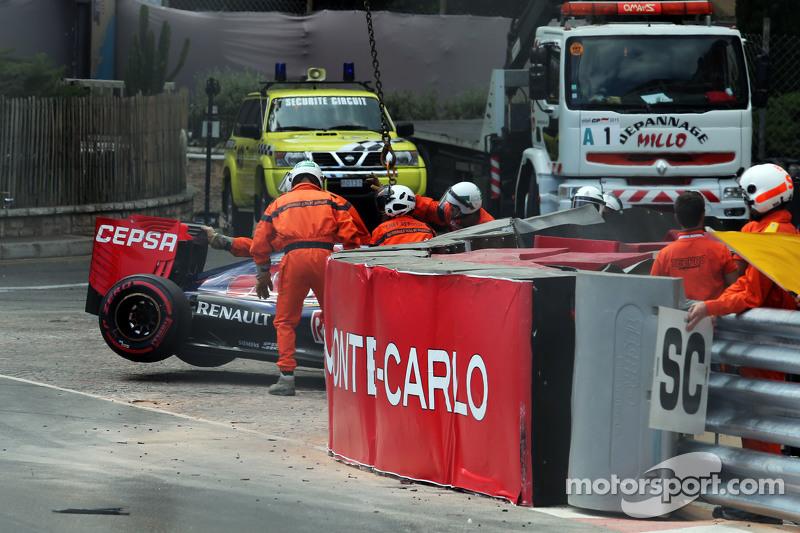 Der Scuderia Toro Rosso STR10 von Max Verstappen, Scuderia Toro Rosso, wird nach einem Unfall von der Strecke bugsiert